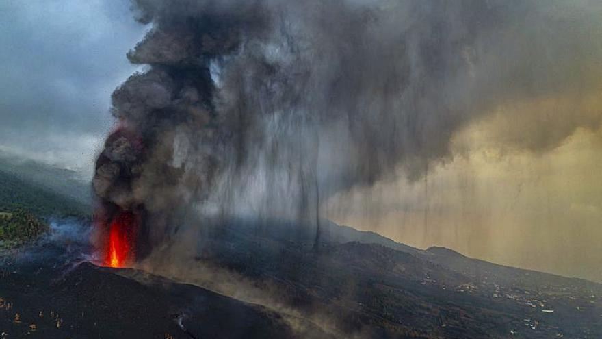 La cendra del volcà augmenta i una llengua de lava s'atura