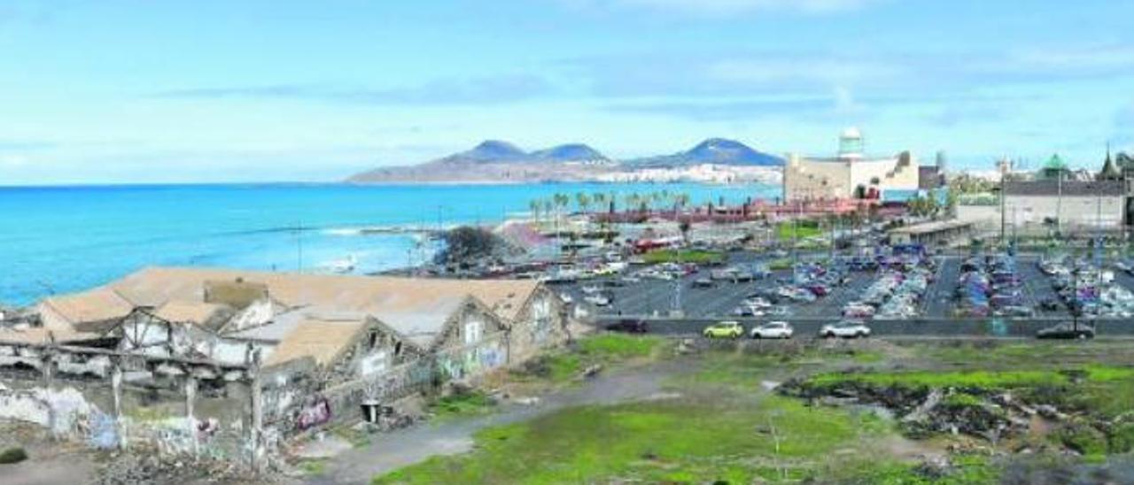 Vista de El Rincón con los volcanes de La Isleta, al fondo.