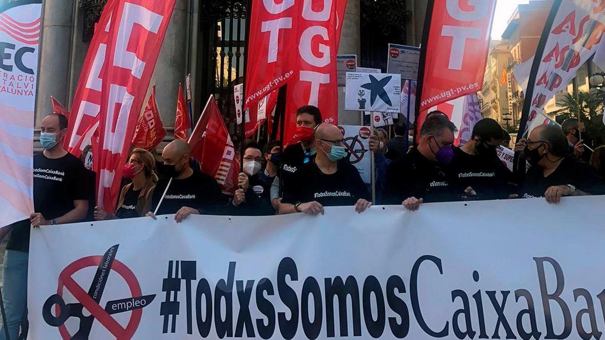 Trabajadores de CaixaBank protestan ante su sede central en València contra el ERE