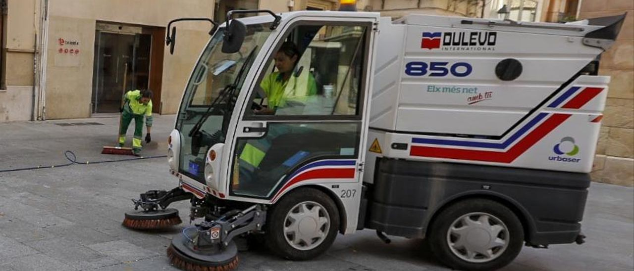 Operarios del servicio de limpieza trabajando en una de las calles del centro de Elche.
