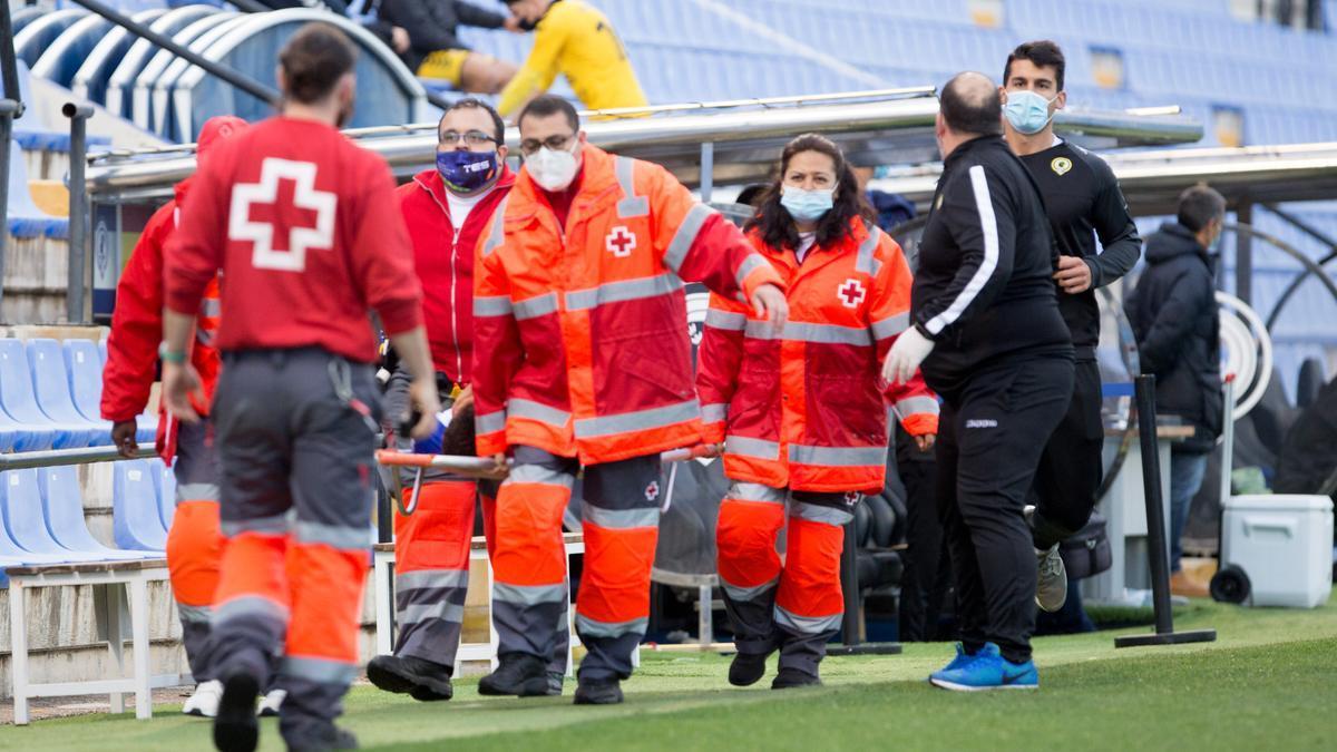 El central del Hércules Tano es retirado en camilla el sábado tras chocar con un rival del Badalona.