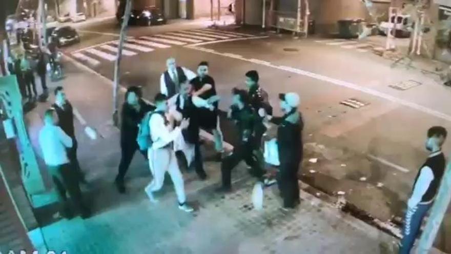 Batalla campal a las puertas de un bar en Barcelona
