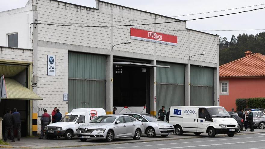 Fallece un trabajador al caerle encima un bus en un taller en A Telva