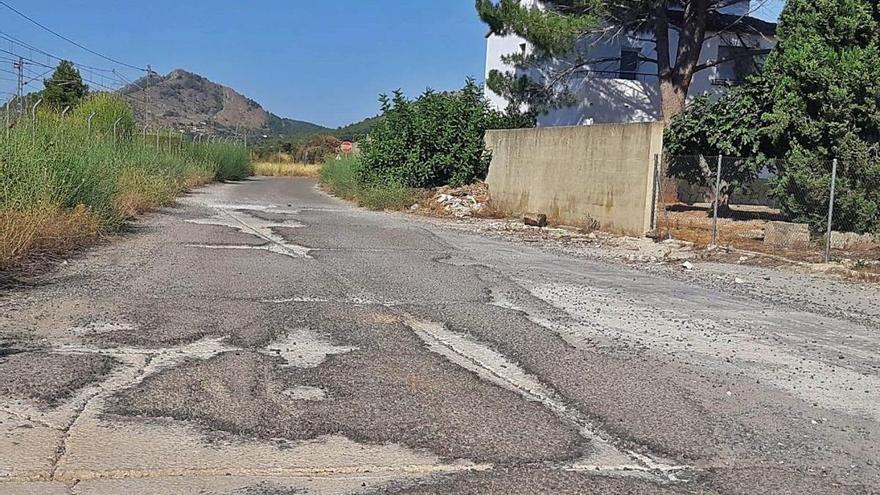 Adif repara varios caminos de Canals que están deteriorados