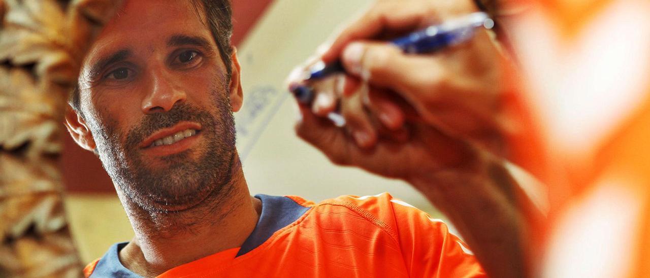 Juan Carlos Valerón Santana estampa su firma en un espejo, en la pretemporada de 2013, tras regresar a la UD Las Palmas del Deportivo de La Coruña.  | | IVÁN LEÓN