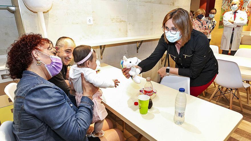 Isabel Franco visita a los niños hospitalizados de la Arrixaca