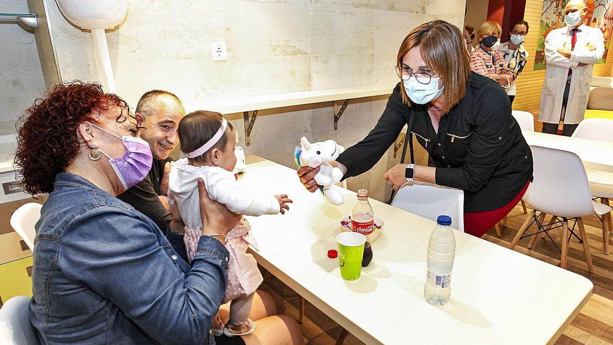 Isabel Franco visita a los niños hospitalizados de la Arrixaca   ABEL F. ROS   CARM