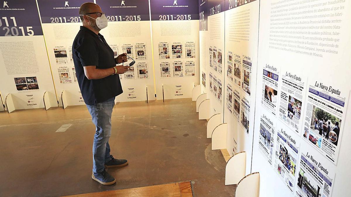 Un detalle de la exposición conmemorativa del 30.º aniversario de LA NUEVA ESPAÑA de Avilés y Comarca que permaneció el pasado agosto en el palacio de Valdecarzana. | Ricardo Solís