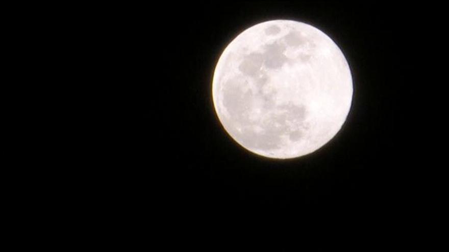 La superluna de gusano deja imponentes imágenes durante esta pasada noche