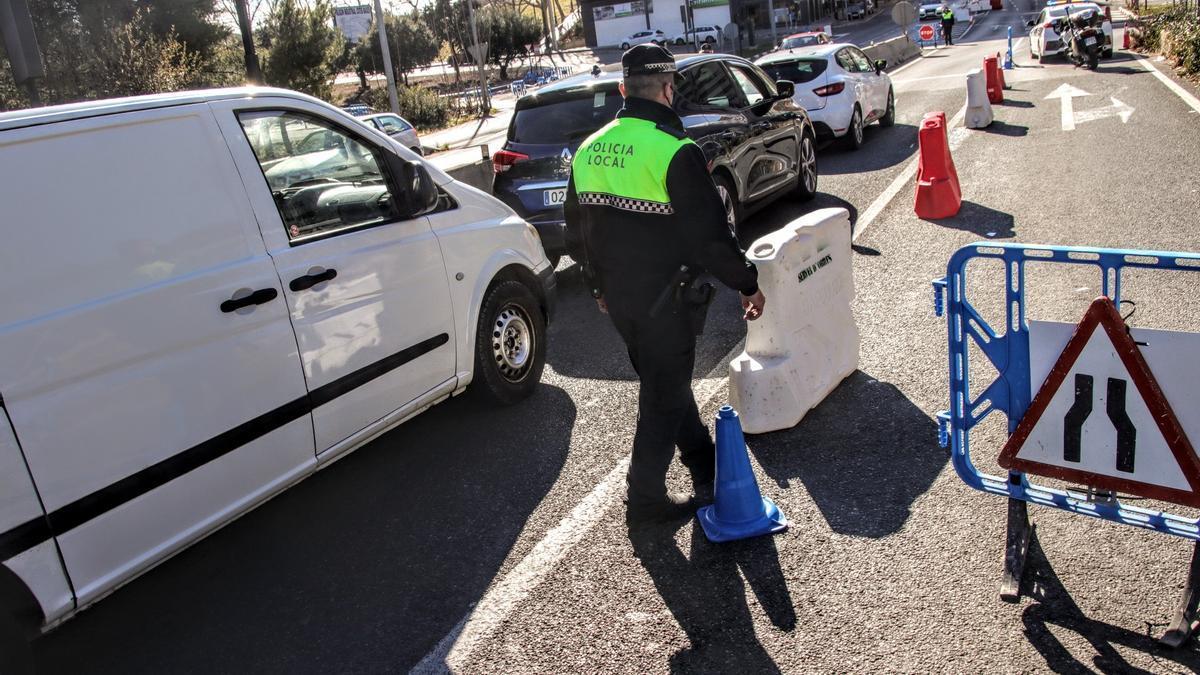 Controles policiales para garantizar el cierre perimetral en Alcoy.