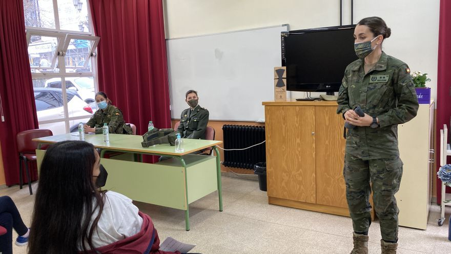 """Las mujeres militares explican cómo es el ejército a los alumnos ovetenses: """"Un trabajo duro, pero muy bonito"""""""