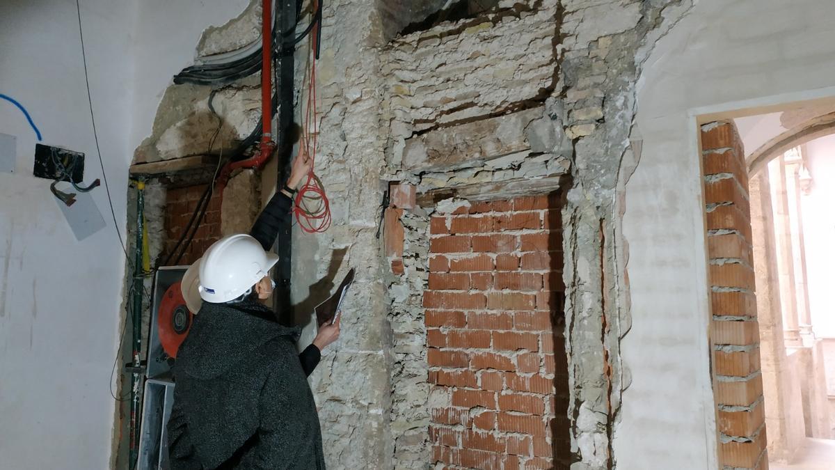 Una de las ventanas del gótico descubiertas en las obras del Palau del Almirall de València