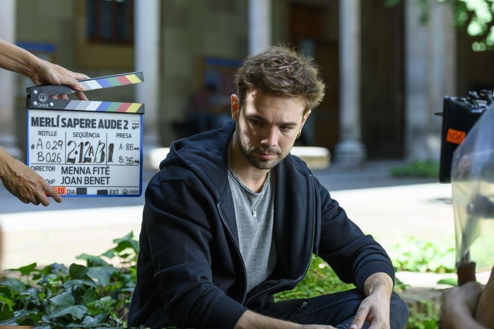 L''actor Carlos Cuevas ja roda ''Merlí. Sapere Aude'' T2