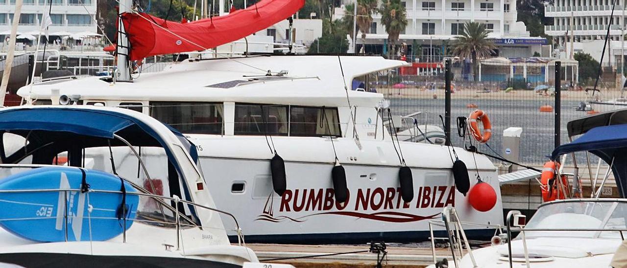 Catamarán que se alquila por semanas en Sant Antoni. | J.A.RIERA