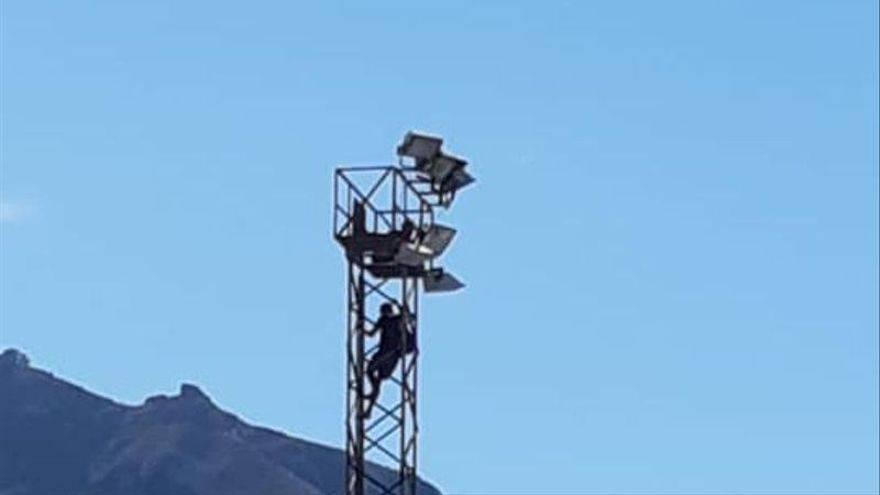 Imprudencia en Canarias: Escalan una torreta en cholas para sentarse a comer