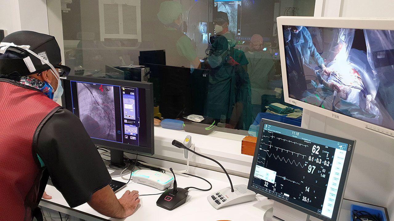 Uno de los tres cirujanos ajusta la imagen en la sala de control en uno de los momentos más críticos de la operación