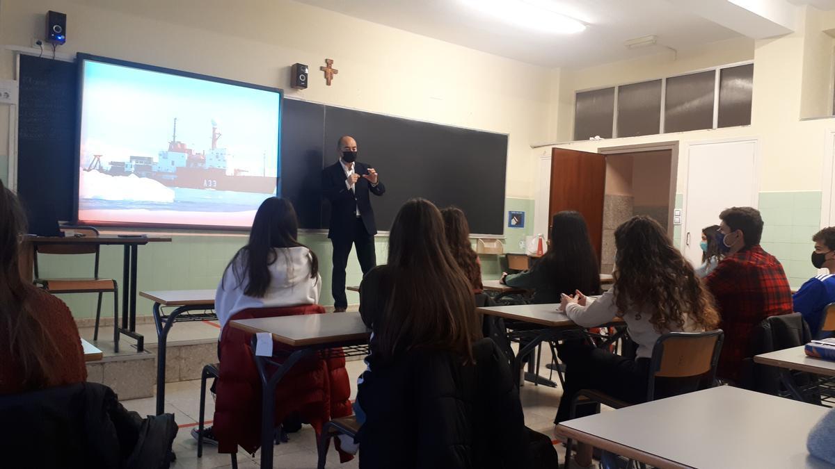 El ingeniero Román Abadías, durante la charla a los escolares en la que habló de tecnología.