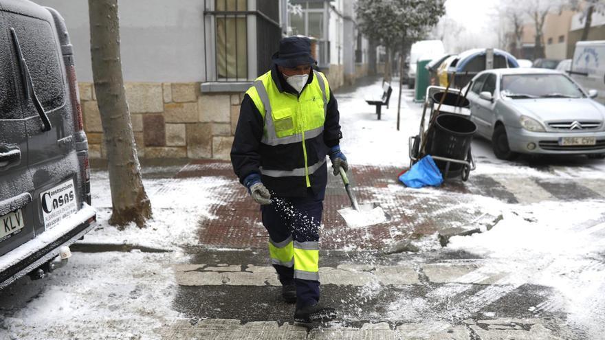 Cencellada en Zamora: Los operarios trabajan para retirar las placas de hielo de las calles de la capital