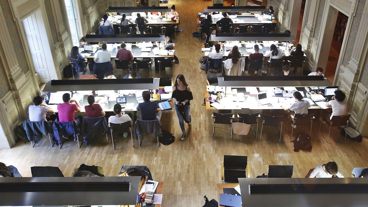 Alumnos estudiando en una Biblioteca Pública de Vigo antes del pasado examen de selectividad.    | // RICARDO GROBAS