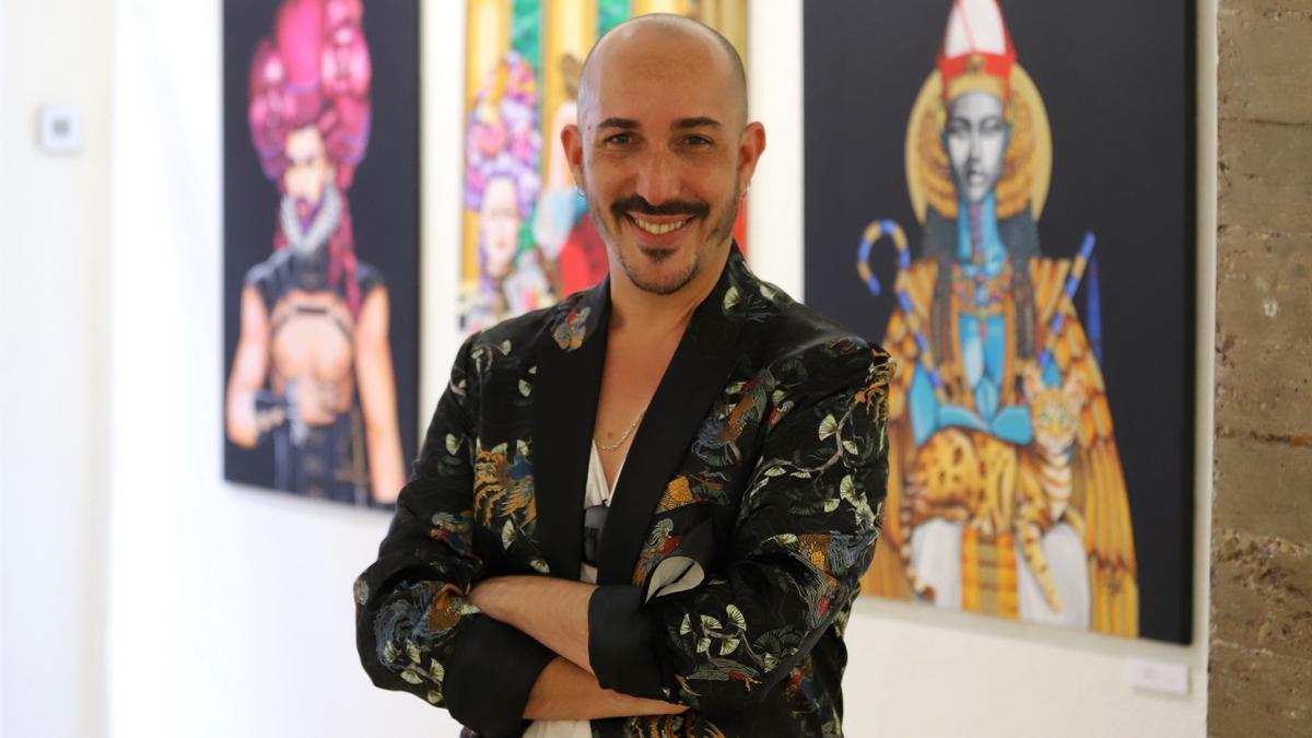 El artista Aarón Izquierdo posa ante tres de sus obras.
