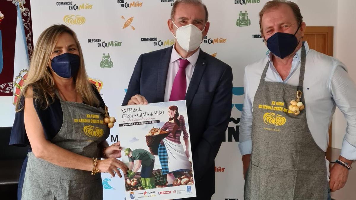 El alcalde con los primeros embajadores de la cebolla chata de Miño