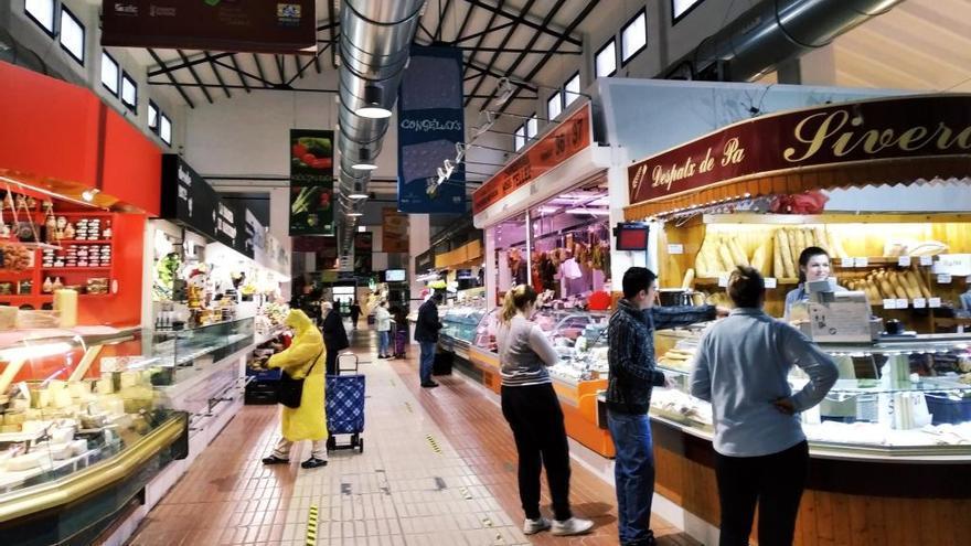 Pedidos por wasap y teléfono para recoger la compra en un periquete: los mercados de Dénia y Xàbia se reinventan