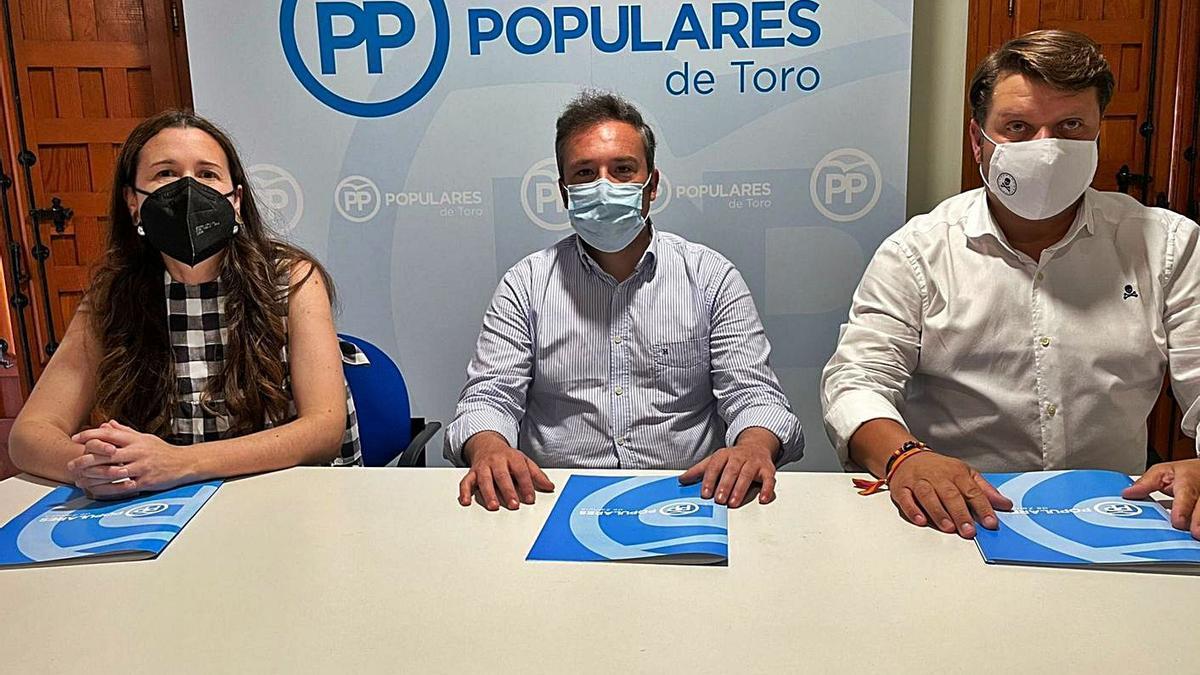De izquierda a derecha, María de la Calle, Alejandro González y Raúl Martínez, concejales del PP de Toro.   Cedida