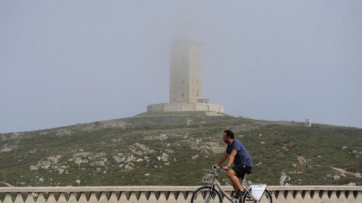 Vista de la Torre de Hércules entre la niebla.