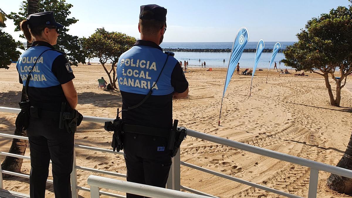 Agentes de la Policía Local de Santa Cruz de Tenerife en la playa de Las Teresitas