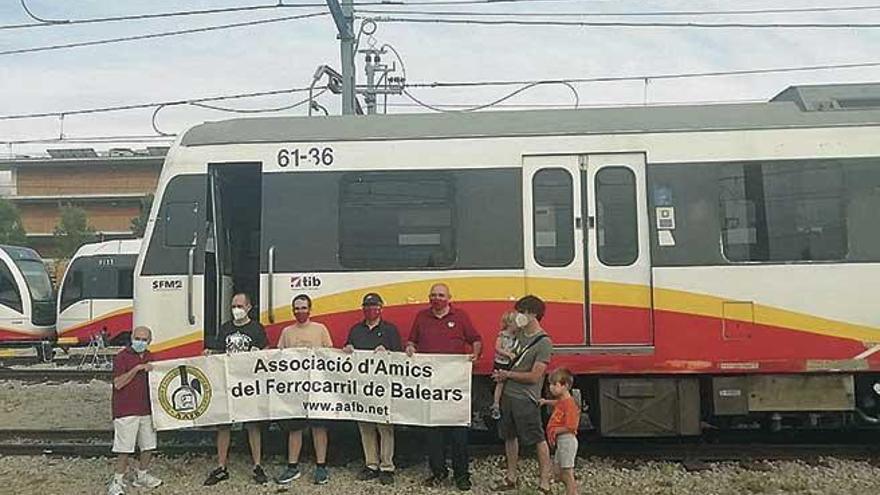 Amics del Ferrocarril celebra un acto para despedir a los vagones vendidos a Kenia