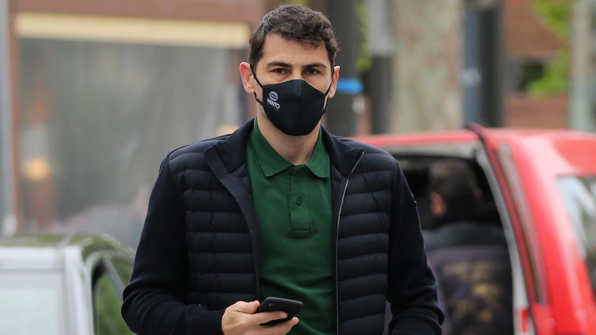 Iker Casillas, muy pendiente de su teléfono