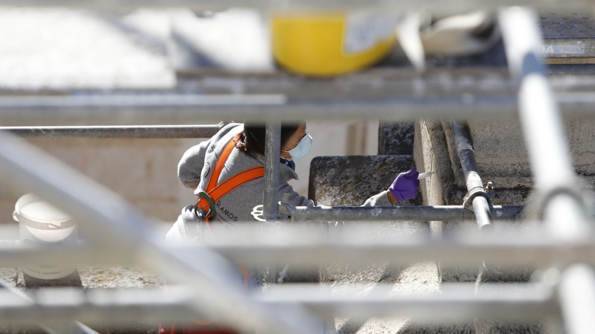 Operarios reparan partes de la catedral de Granada tras los terremotos.