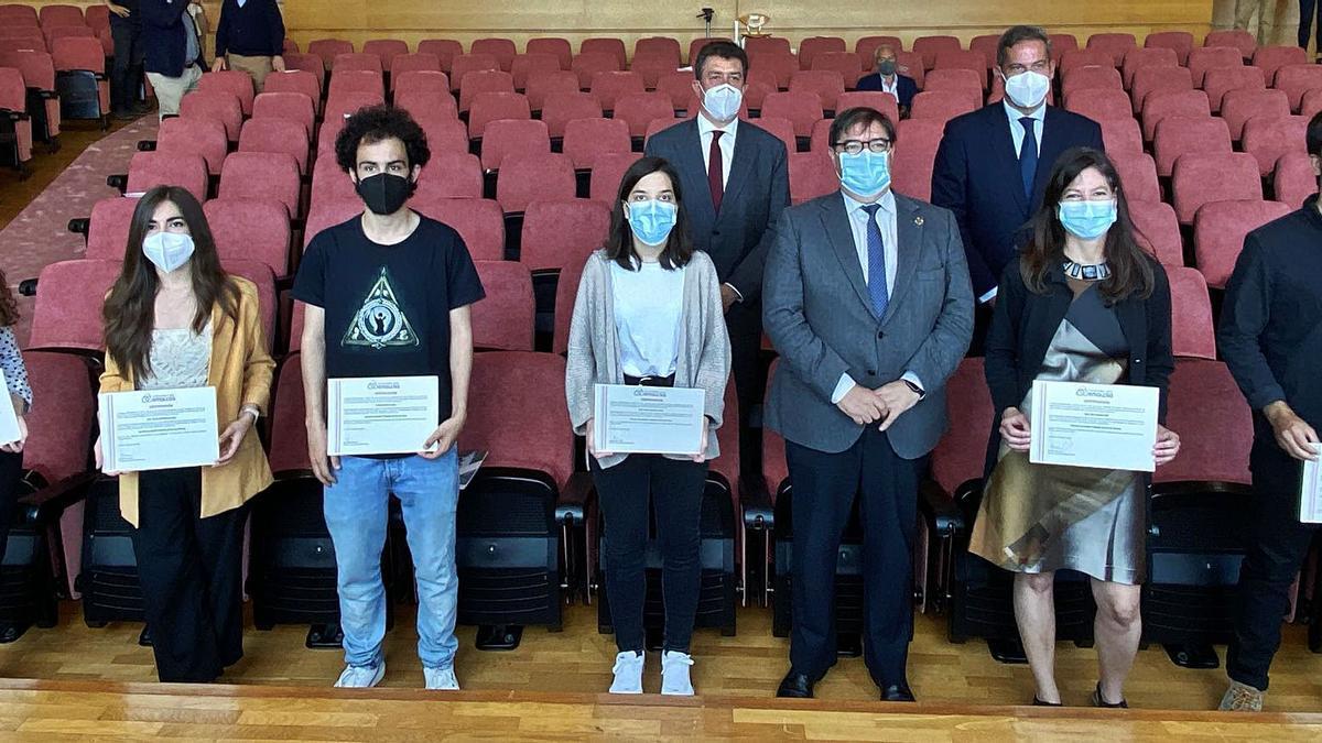 Ganadores de los premios. En el cuarto puesto por la izquierda, Marta Sánchez (con Juan Borrego detrás), Julio Abalde y Pilar Sánchez.   | // L.O.