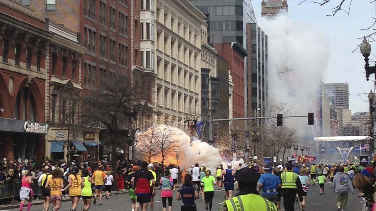 Corredores durante una de las explosiones del atentado en Boston.