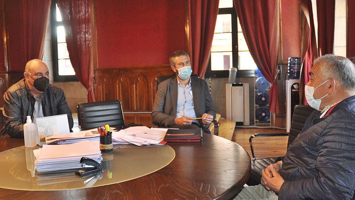 Reunión entre el presidente del Arosa, Manolo Abalo, y el alcalde de Vilagarcía, Alberto Varela. |  // FDV