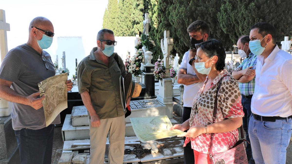 Visita de Ramón Hernández al cementerio de Aguilar junto a la alcaldesa y el presidente de Aremehisa