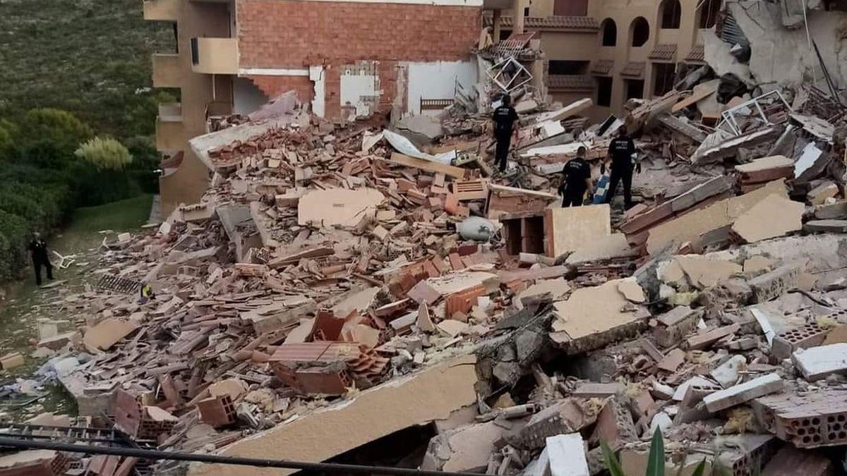 Varios policías entre los escombros tras el derrumbe en Peñíscola