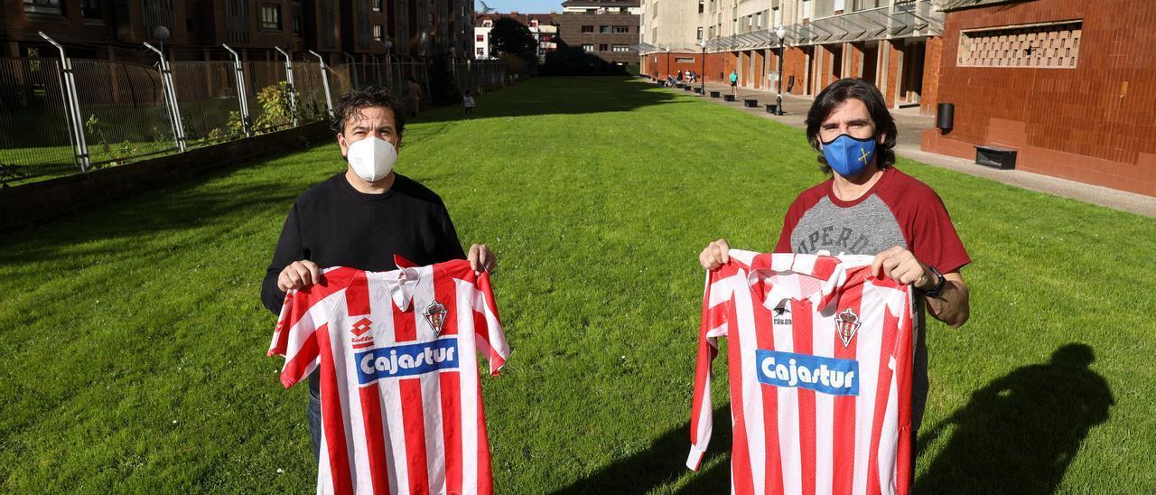 Iván y David Míner, ayer, en una urbanización de Las Mestas, donde jugaban al fútbol de pequeños.