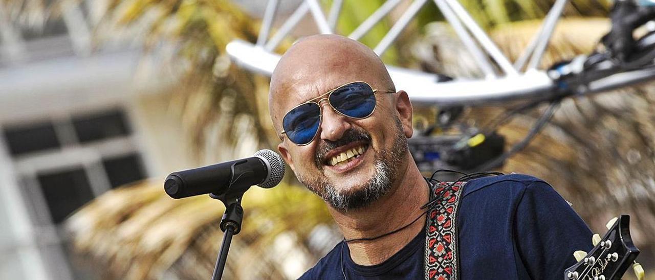 El cantante Ginés Cedrés, vocalista de Los Coquillos, en una imagen de archivo durante un concierto.     JUAN CASTRO