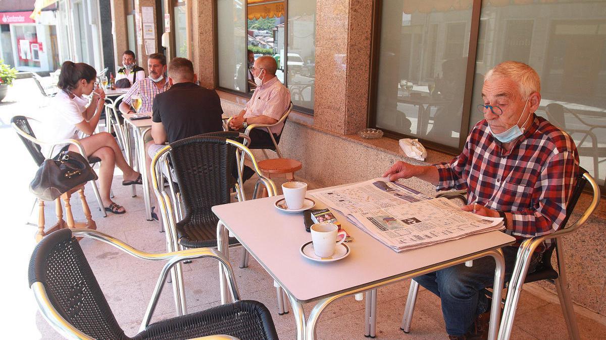 Vecinos de Beariz en un bar durante la crisis del coronavirus / Iñaki Osorio