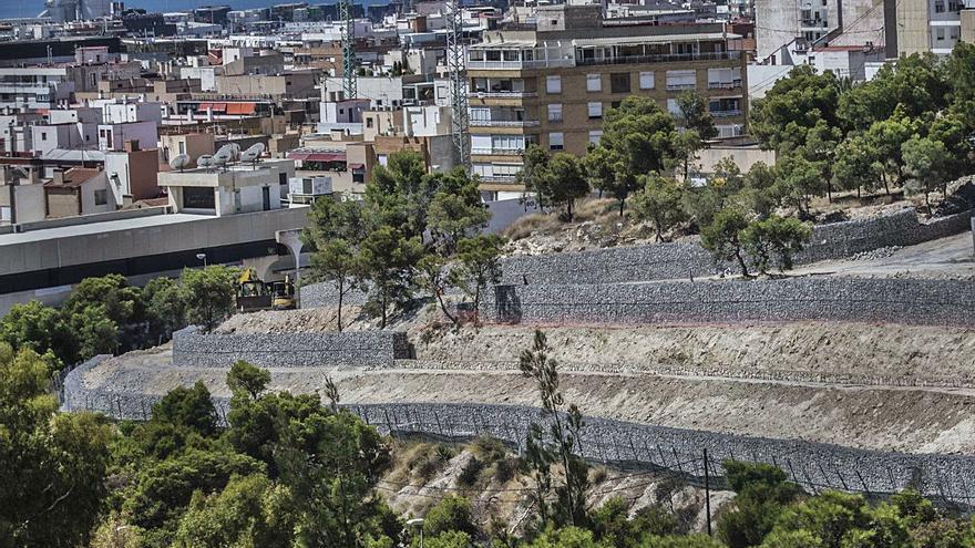 Barandillas y sendas adaptadas para salvar los desniveles del monte Tossal