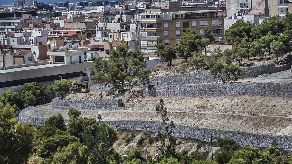 Las sendas y caminos del monte Tossal presentan desniveles de hasta 55 centímetros que la obra de accesibilidad pretende salvar.