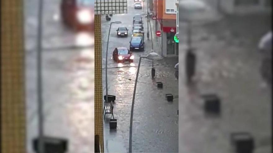 Un fuerte aguacero anega varias calles de Luanco próximas a La Ribera
