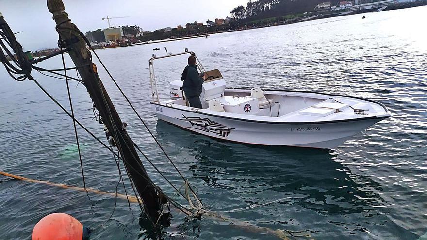 Un antiguo pesquero danés se va a pique en O Xufre y provoca un vertido de gasóleo