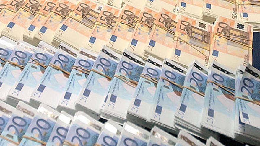 Piden 10 años de cárcel por comprar un móvil con billetes falsos en Palma