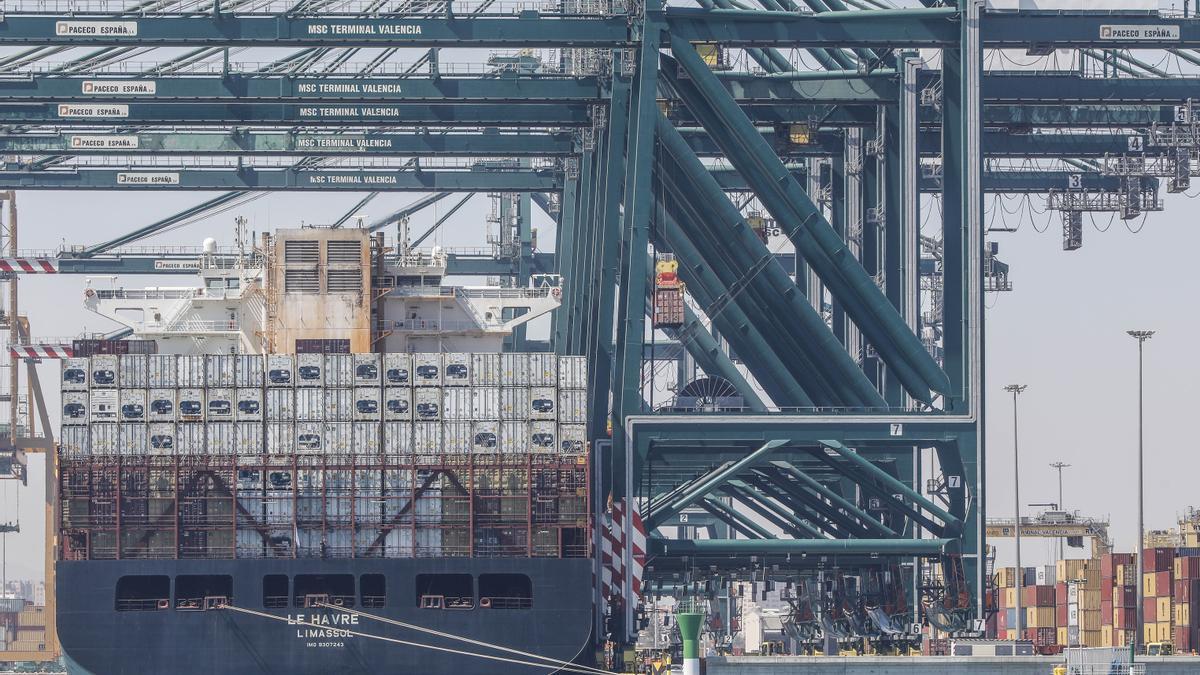 Un buque en el Puerto de Valencia
