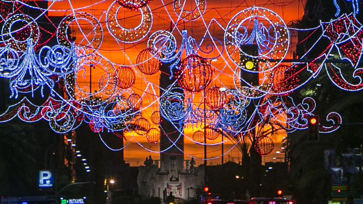 Las luces de la pasada Navidad, que se instalaron con retraso