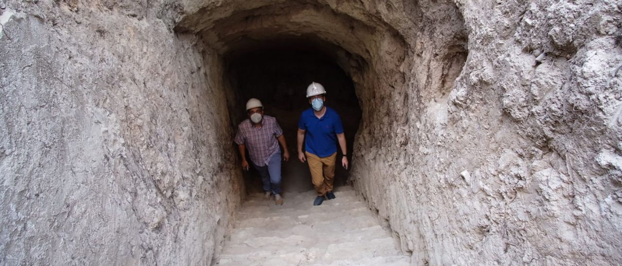 El concejal Fernando Portillo y el arqueólogo municipal Fernando Tendero en el refugio antiaéreo de la plaça de Baix en Petrer.