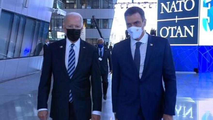 Pedro Sánchez y Joe Biden se dirigen juntos hacia la primera reunión de la Cumbre de la OTAN