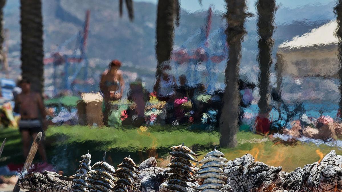 Imagen de una playa de Málaga con los espetos de un chiringuito en primer término